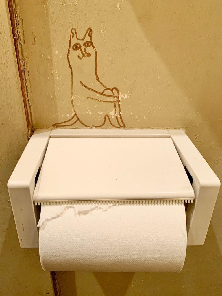 トイレットペッパーの上に座る猫ちゃん